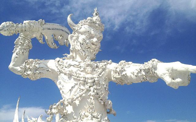 чианг рай белый храм статуи